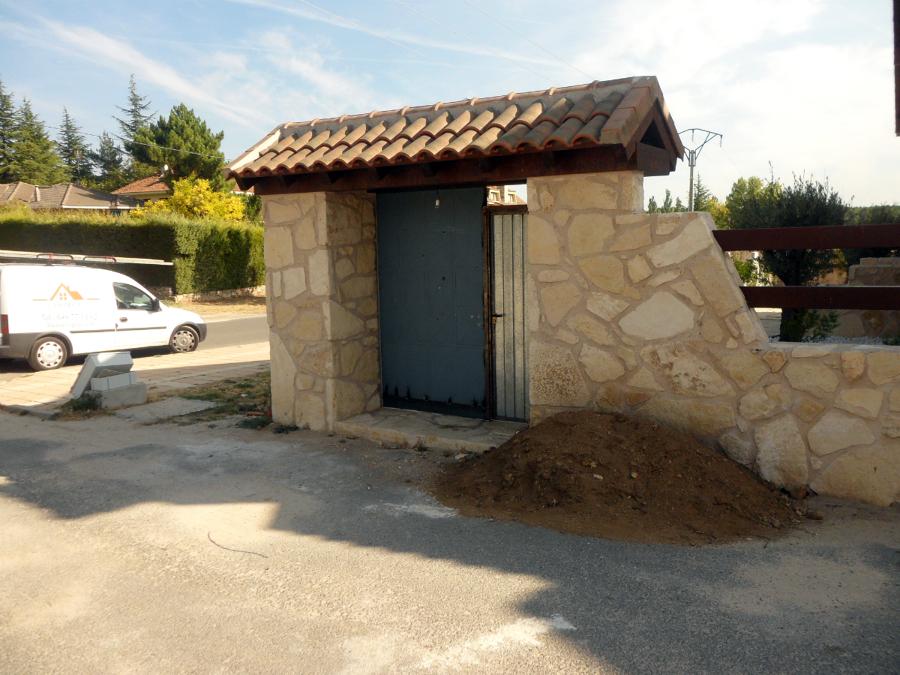 Foto entrada de parcela con tejadillo de construcciones y - Tejadillos sobre puertas ...