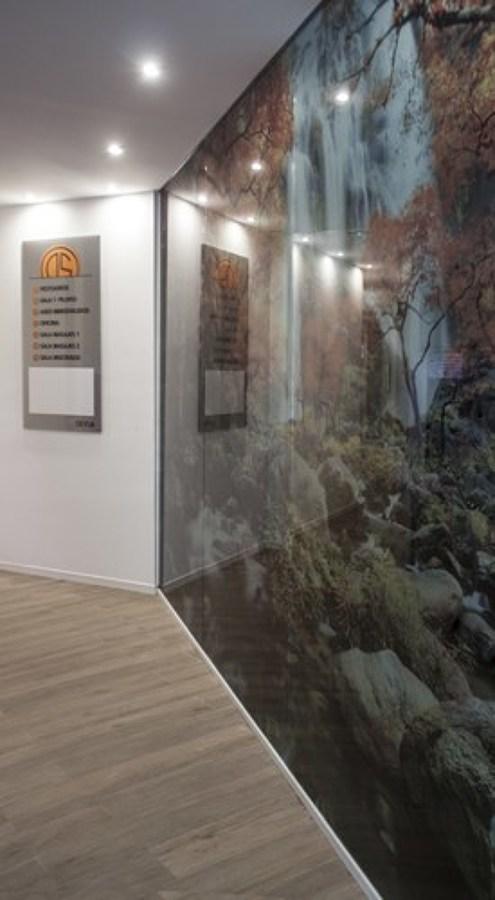 Panel cristal decorativo y directorio