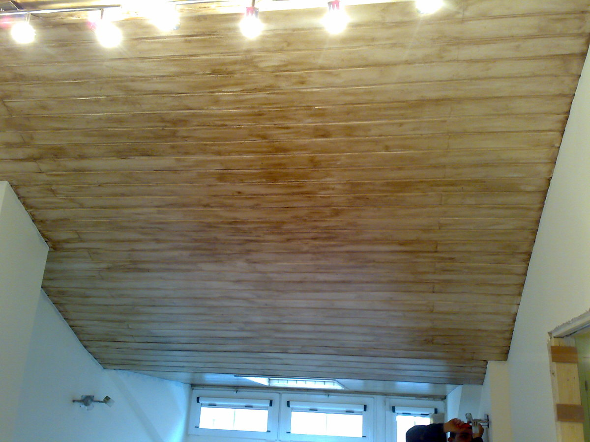Envejecido de madera en techo de habitacion matrimonio