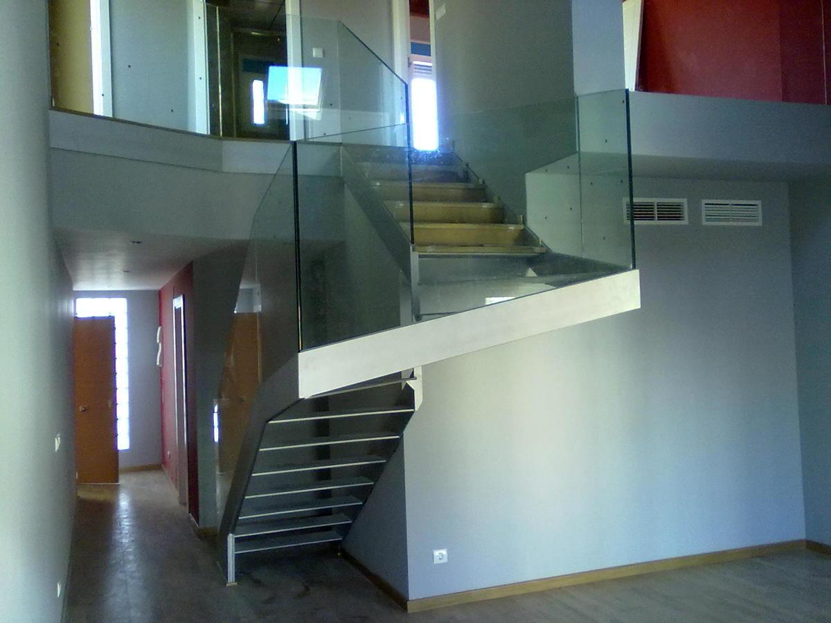Foto escalera acristalada en duplex c la palma de huesca for Escaleras de duplex