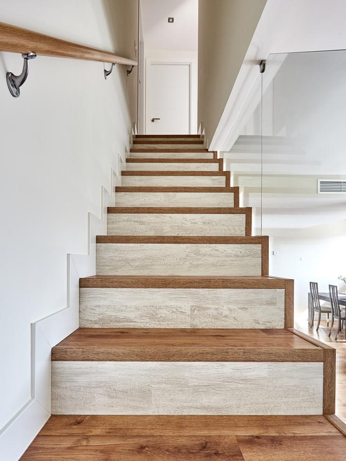 Escalera de un Dúplex Estilo Nórdico con Barandilla de Vidrio