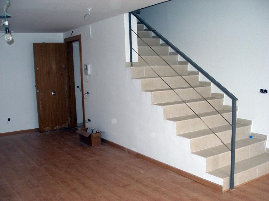 Escalera con barandilla perfil de hierro