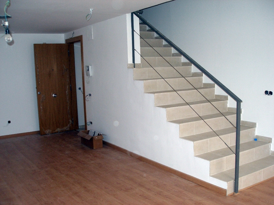 Foto escalera con barandilla perfil de hierro de serveis integrals de la llar 369563 habitissimo - Barandilla escalera interior ...