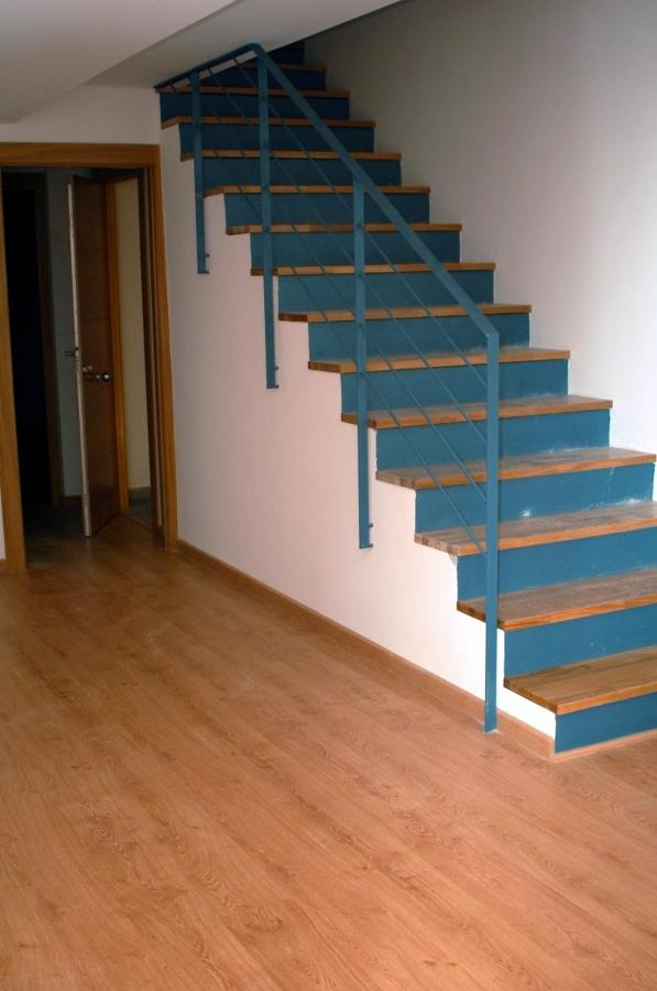 Foto escalera con contrahuella met lica de serveis for Contrahuella escalera