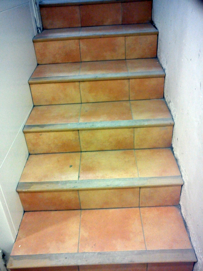 Foto escalera con gres y madera de reformas y - Gres para escaleras ...