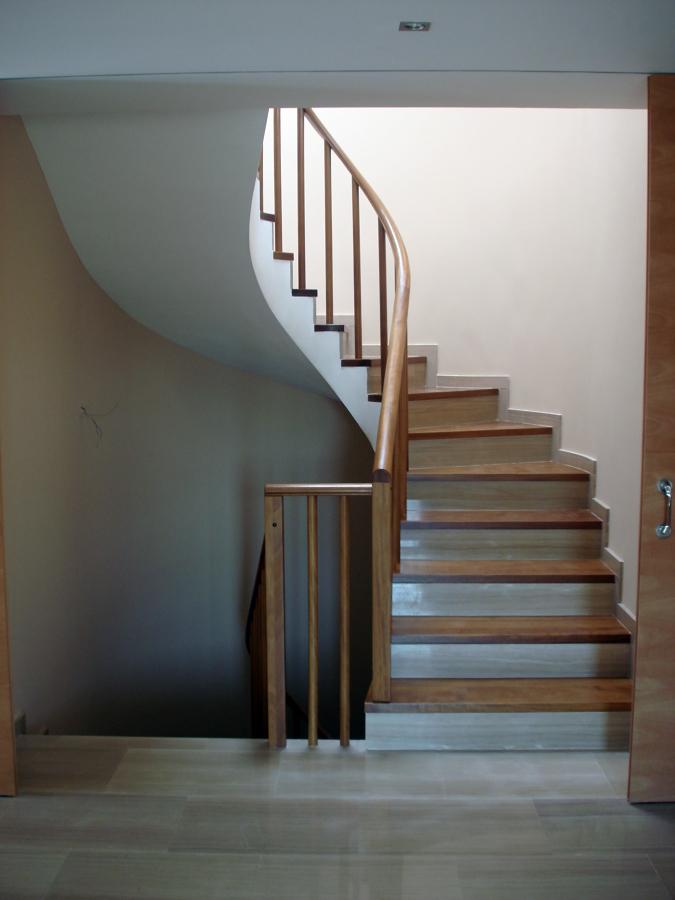 Foto escalera con pelda o de madera iroko y tabica en - Madera para peldanos de escalera ...
