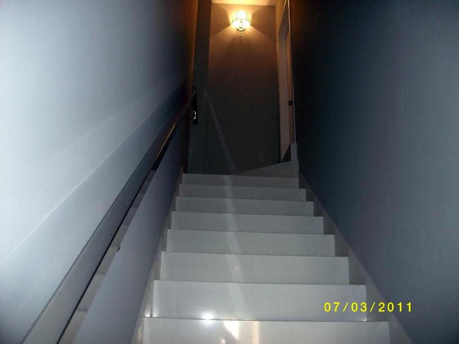 Foto escalera con pelda os unidos en inglete de m rmol - Peldanos de marmol ...