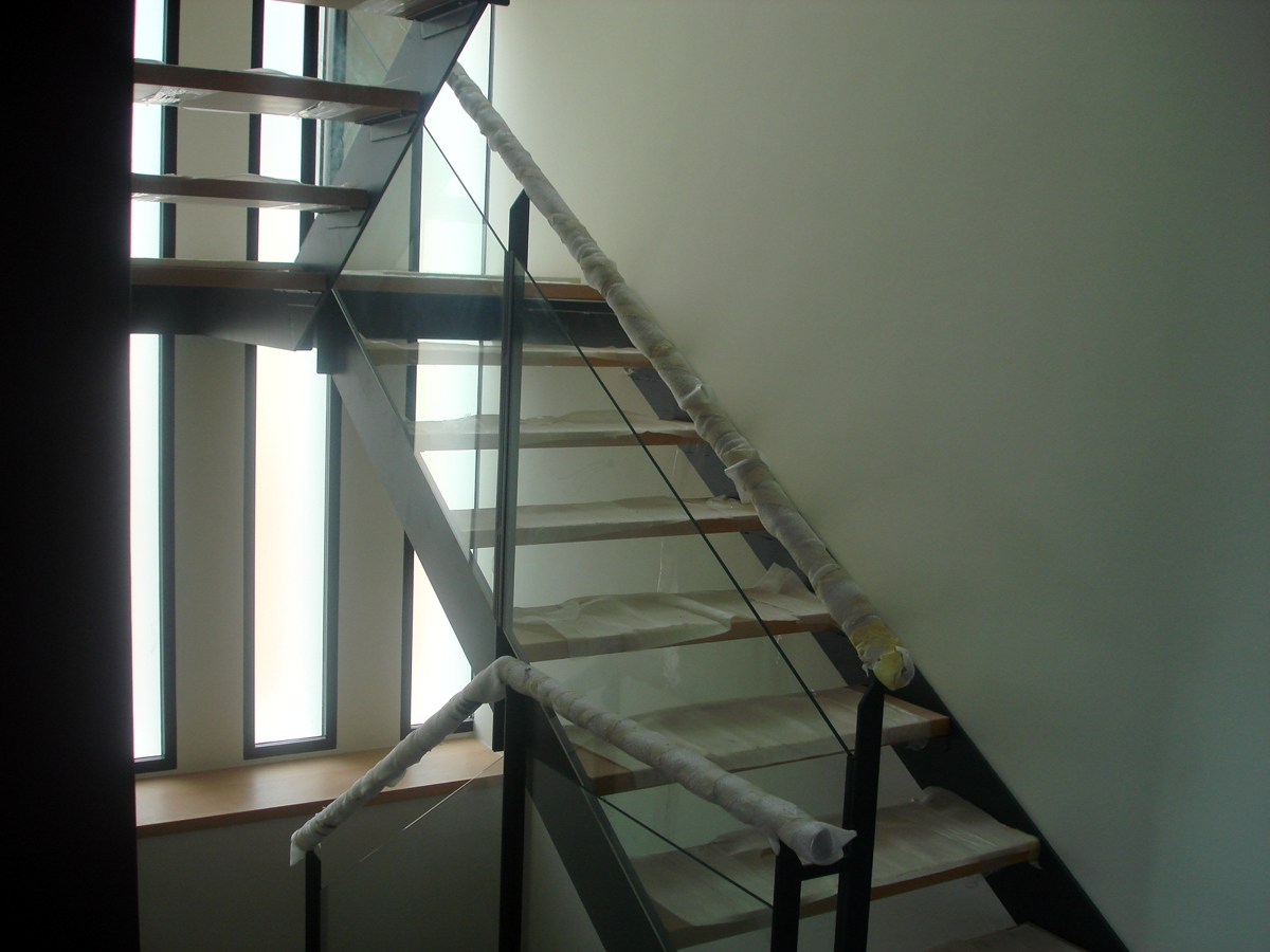 Foto escalera con zanca de hierro y pelda os en madera de for Escalera recta de hierro y madera