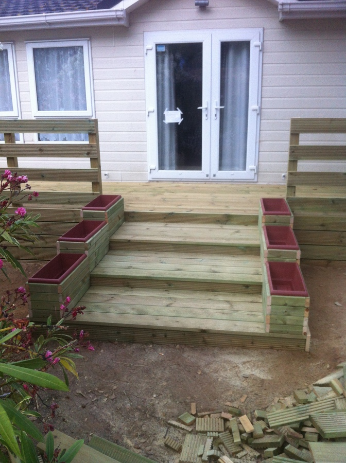 Foto escalera de acceso a terraza exterior de mobil homes - Jardineras a medida ...
