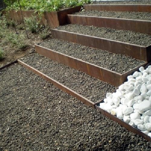 Foto escalera de acero corten y grava de jard n y casa for Casas de chapa para jardin