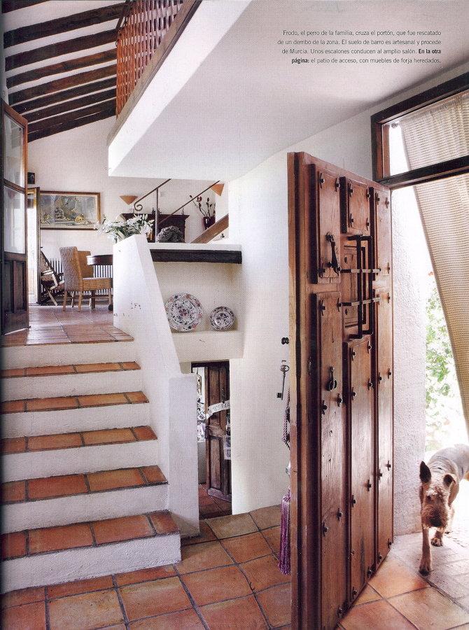 Escalera de barro con peto de obra