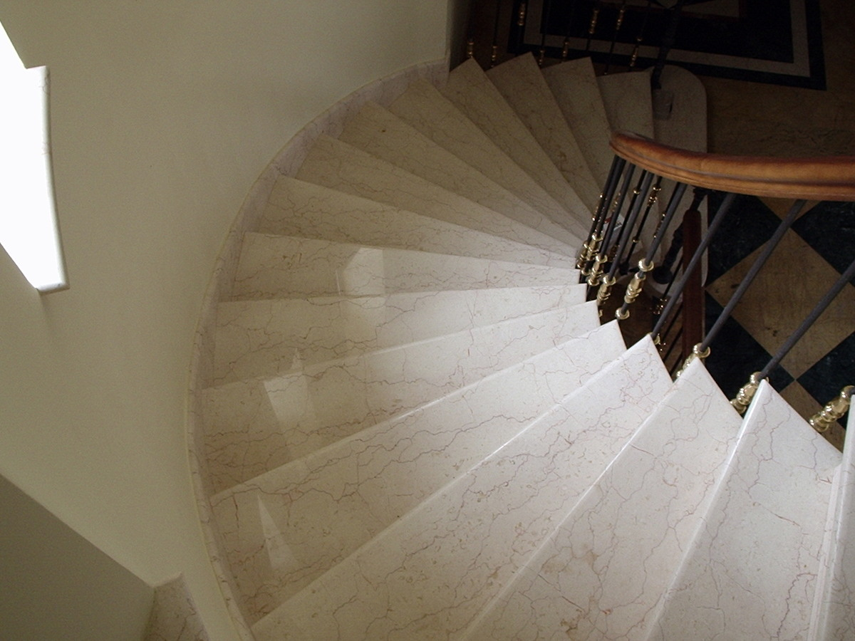Foto escalera de caracol revestida con marmol crema for Escaleras de marmol y granito