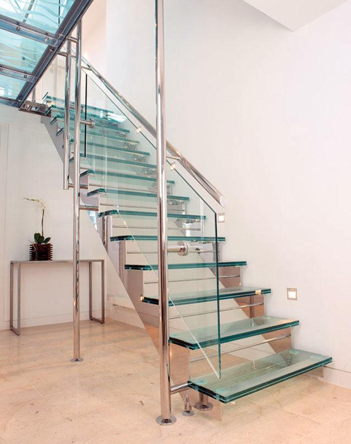 Escalera de cristal en local comercial