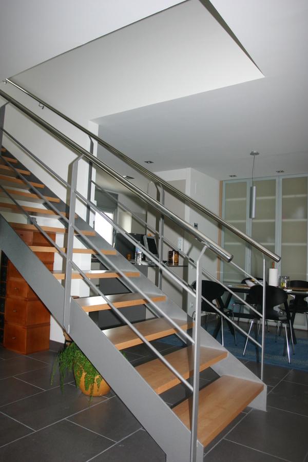 Foto escalera de estructura met lica con pelda os de for Escaleras metalicas con madera