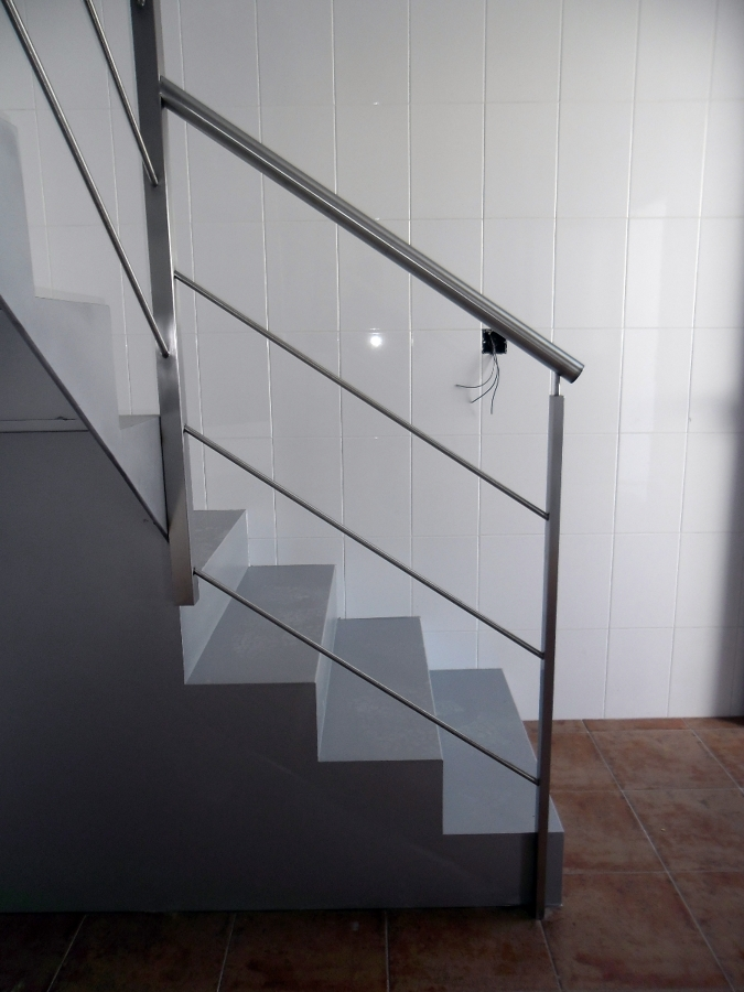 Foto escalera de hierro con barandilla de acero - Escaleras con barandilla de cristal ...