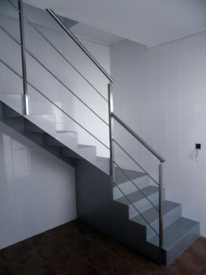 Foto escalera de hierro con barandilla de acero - Barandillas de escaleras ...