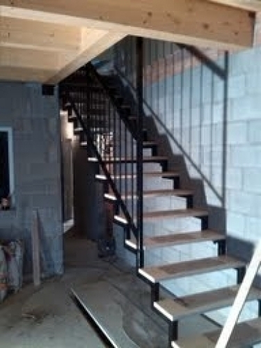 Foto escalera de hierro con pelda os de madera de - Peldanos escalera madera ...