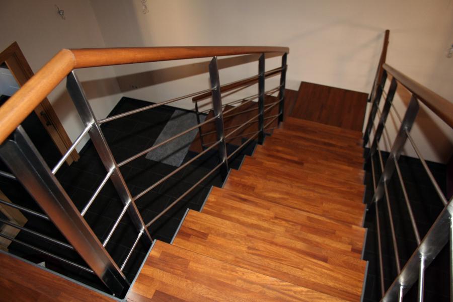 escalera de madera de iroko y acero inoxidable