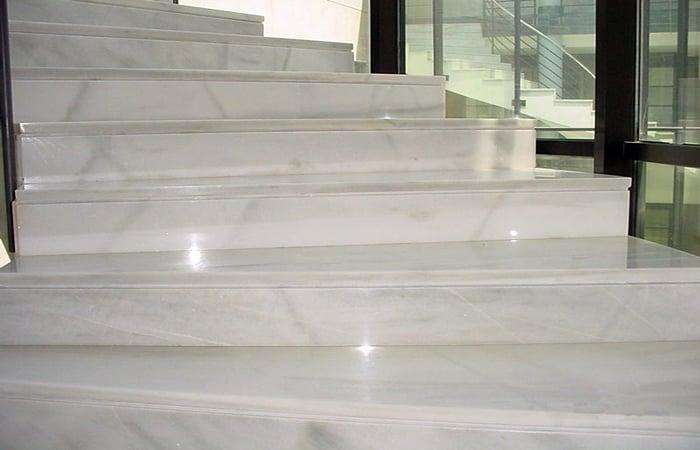 Foto escalera de marmol blanco macae de marmoleria cruz for Marmol blanco real