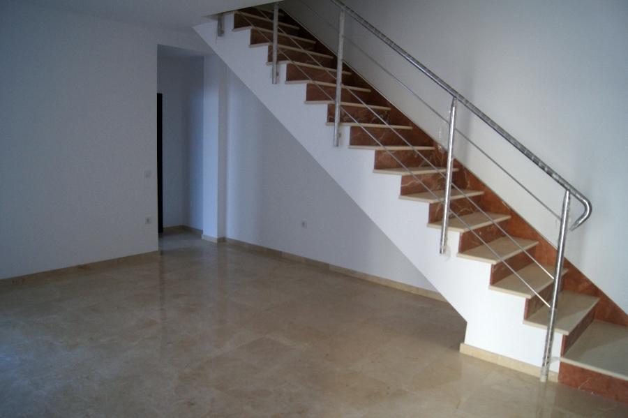 Foto escalera de marmol con baranda de acero inoxidable for Escaleras en marmol y granito