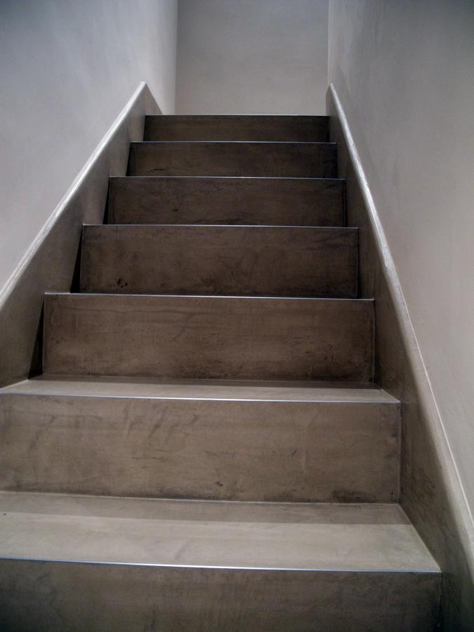 Foto escalera de microcemento de pere le n interiorismo y - Peldanos escalera imitacion madera ...