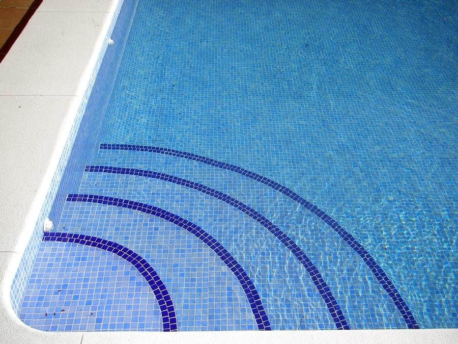 Foto escalera de obra reonnda de piscinas aquanorton for Escaleras de piscina