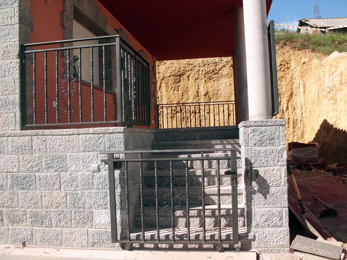 Foto escalera de piedra picada al igual que el zocalo y - Escalones de piedra ...