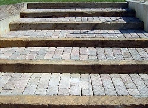 Foto escalera de traviesas y adoqu n de jard n y casa for Escalera de bloque de jardin
