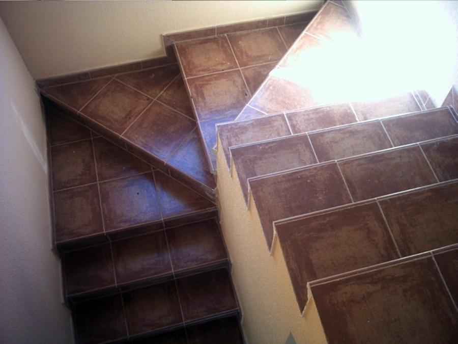 Foto escalera de vivienda unifamiliar de obras reformas for Escaleras de viviendas