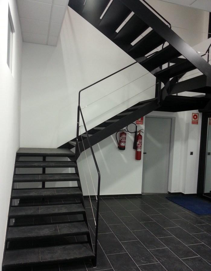 Foto escaleras en hierro con pasos porcel nicos y for Construccion de escaleras de hierro
