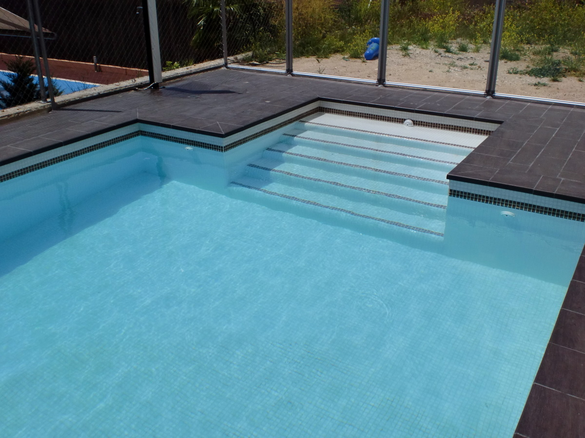 Escalera en interior de la piscina