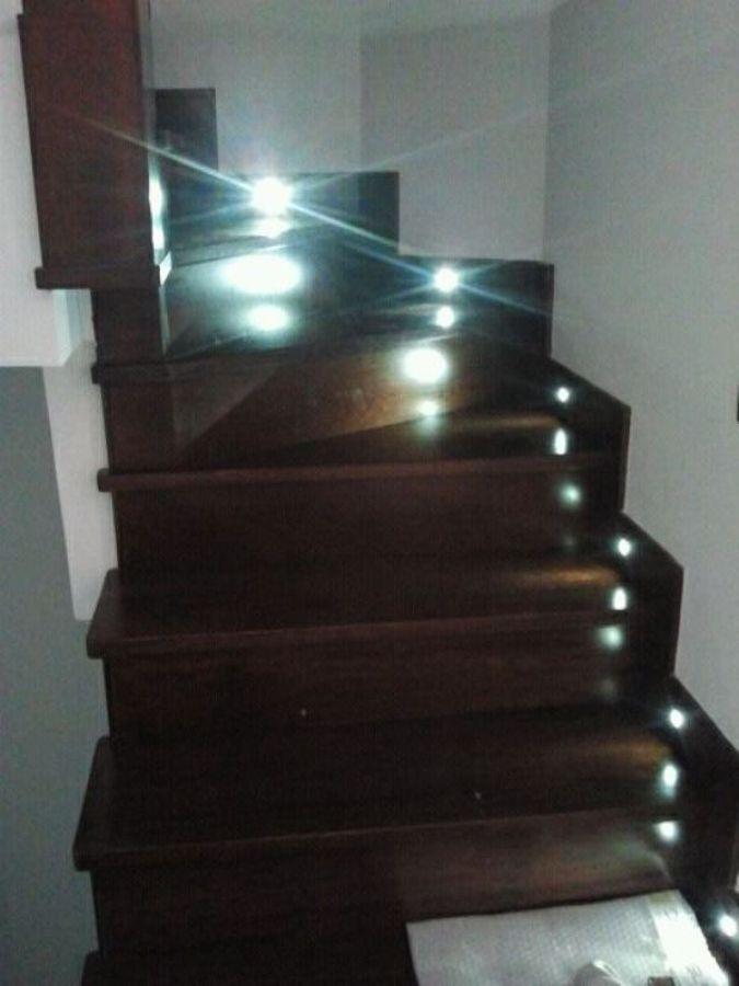Foto escalera en madera de iroko con luces led de for Escaleras con luz