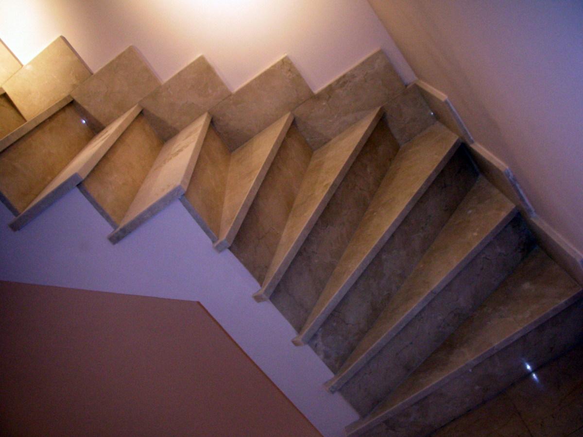 Escalera en marmol marfil