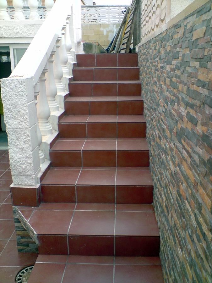 Foto escalera exterior de reformas gregorio 190667 for Escaleras exteriores para casas de dos pisos