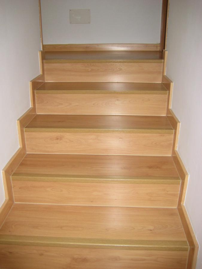 Foto escalera forrada de madera de solucionalo hoy - Escaleras de peldanos ...