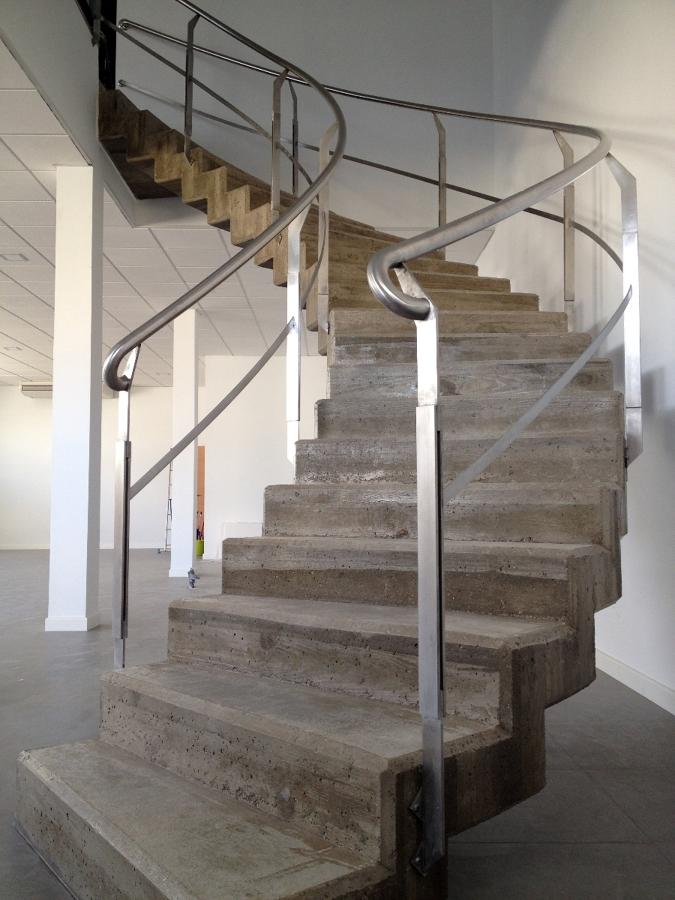 Foto escalera hormig n visto de oficinas de proyecsa for Como hacer escaleras de caracol de concreto