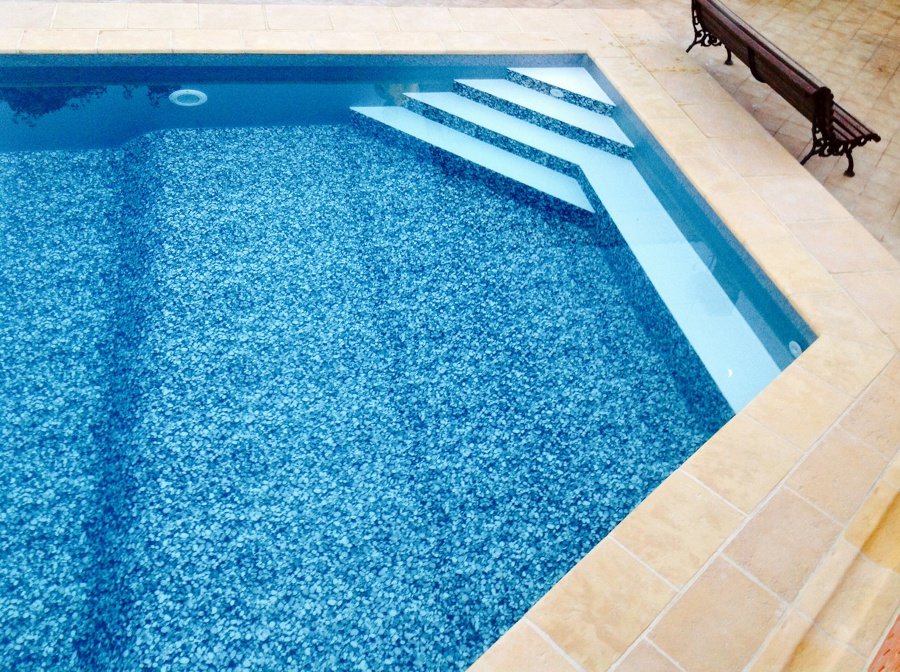 Foto escalera interior y banco de radu marin piscinas s l for Escaleras de piscina
