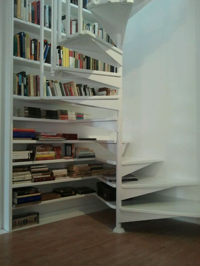 Foto escalera libreria lacada en blanco de carpinteria for Escalera libreria