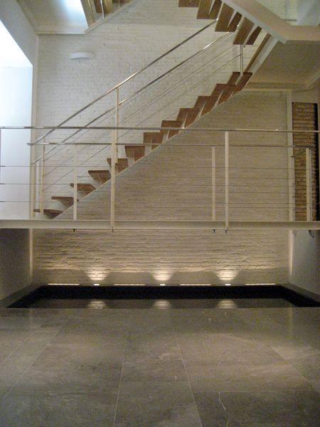Foto escalera metalica colgada sobre lamina de agua de for Escalera metalica plegable precio