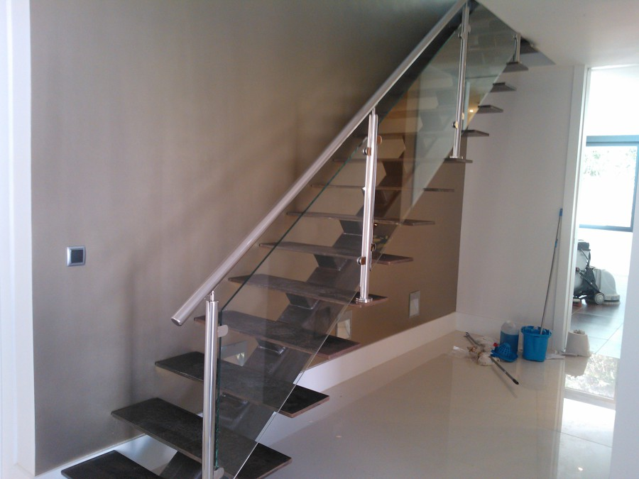 Foto escalera met lica con eje de tubo estructural y for Plano escalera madera
