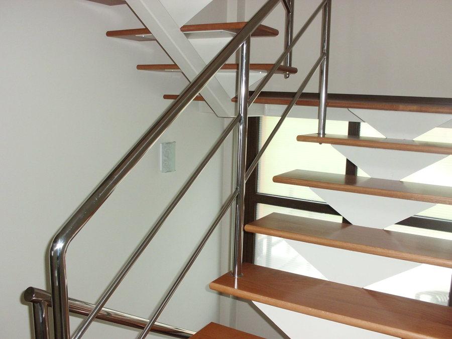 Foto escalera met lica con pelda os de roble de apernor for Escalera metalica plegable precio