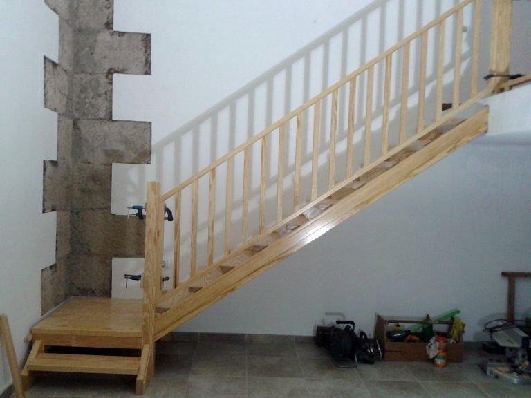 Foto escalera para subir a un desv n de dopema 2005 sl for Como trazar una escalera de madera