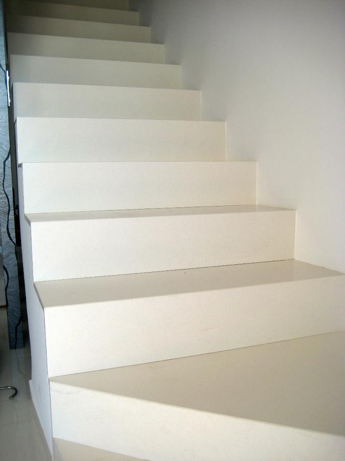 Foto escalera silestone blanco zeus de marmoleria cruz for Colores de marmol para escaleras