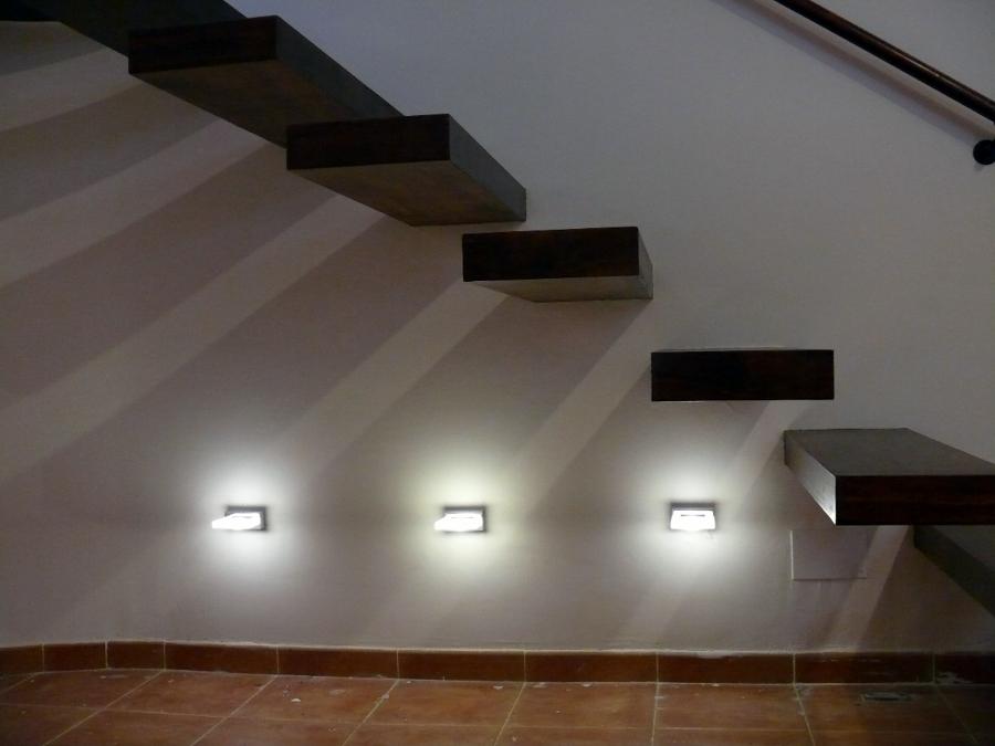 escalera volada con detalles en luces de led - Escaleras Voladas