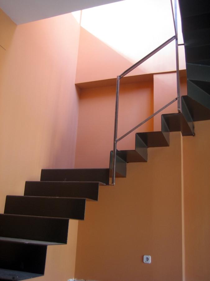 Foto escalera volada de acero doblado de tasco - Escalera con tensores de acero ...