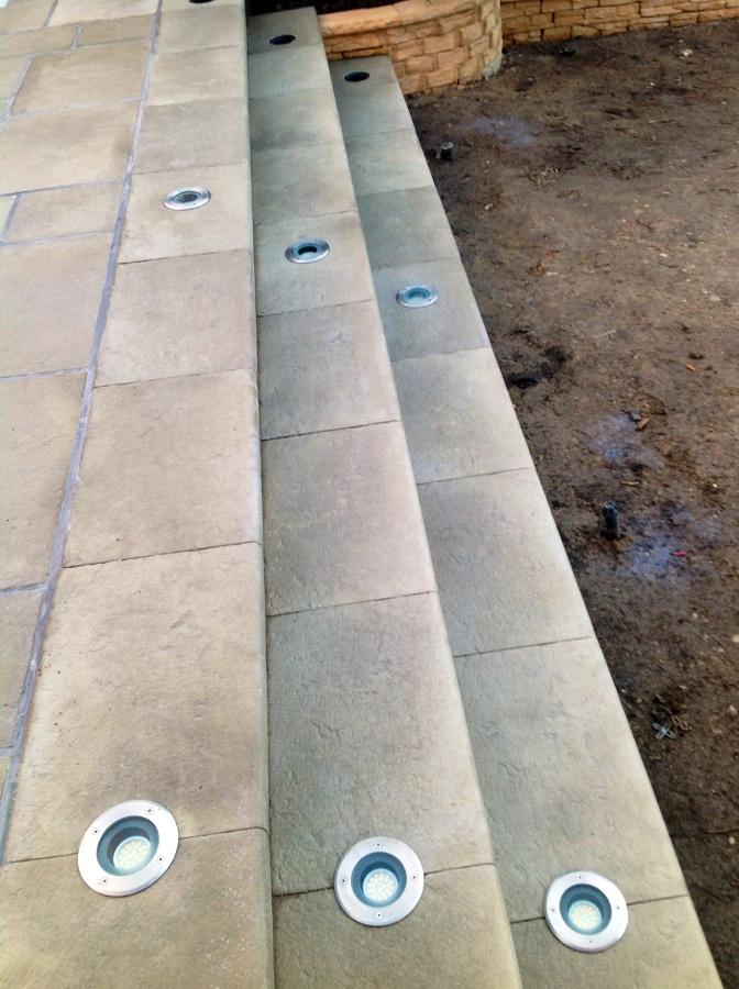 Foto escaleras con focos led empotrados de radu marin for Focos de piscinas