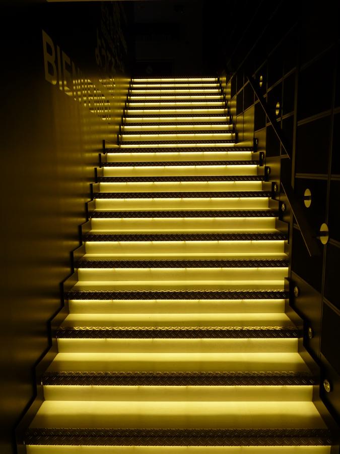 escaleras iluminadas con led