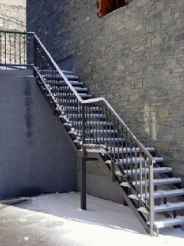 Foto escaleras metalicas exteriores de talleres y for Escaleras de exterior