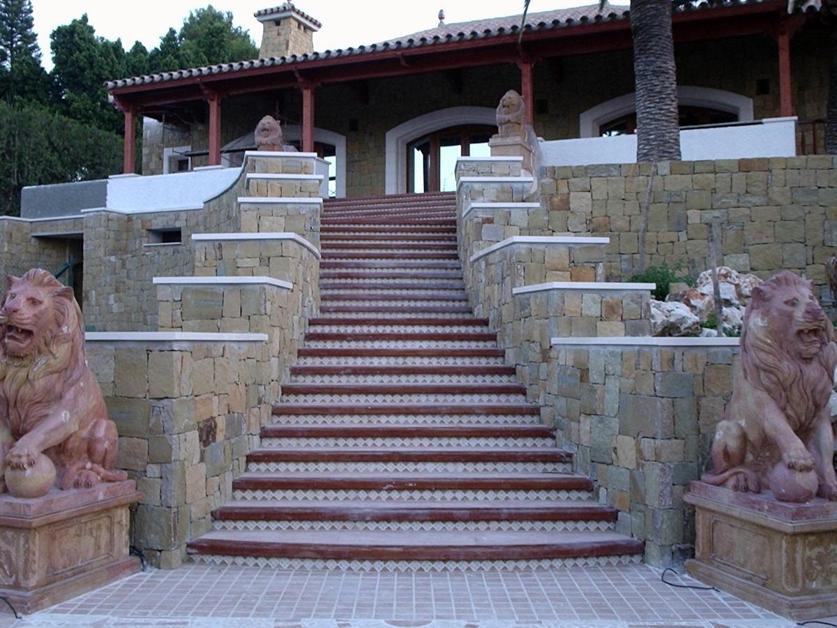 Foto escaleras rusticas con marmol y mamperlanes de for Escaleras para exteriores de madera