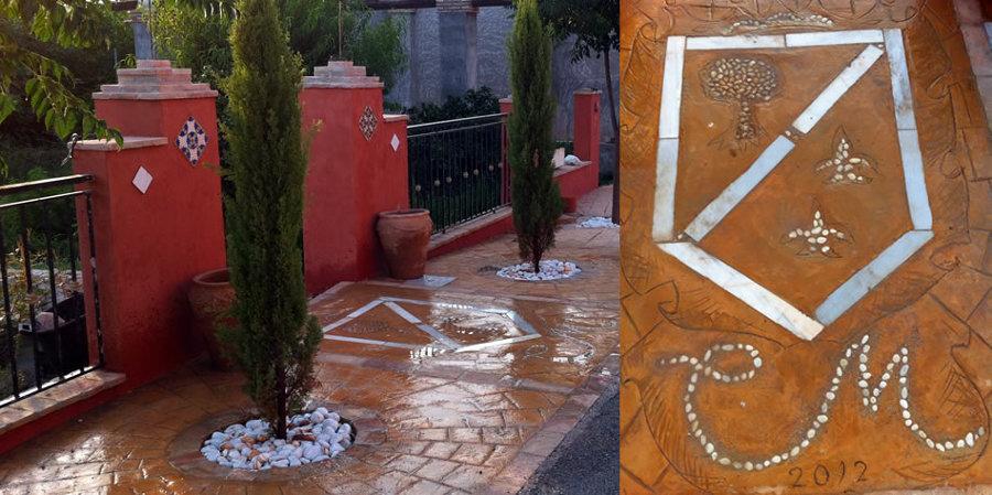 Espacio de acceso a jardín interior con pavimento impreso con técnicas propias personalizadas, escudo guijarros, etc..